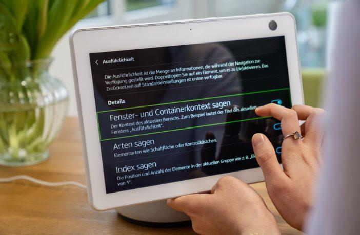 Barrierefreiheit für Blinde und Sehbehinderte + Alexa Hörfilm-Skill: Sehbehinderte Alexa-Nutzerin in verschiedenen Situationen zu Hause (Wohnzimmer und Küche)