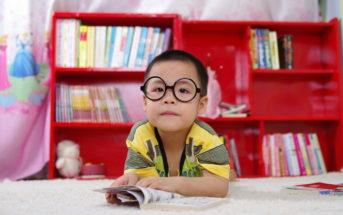 Kleiner Junge liest Buch Geschichte
